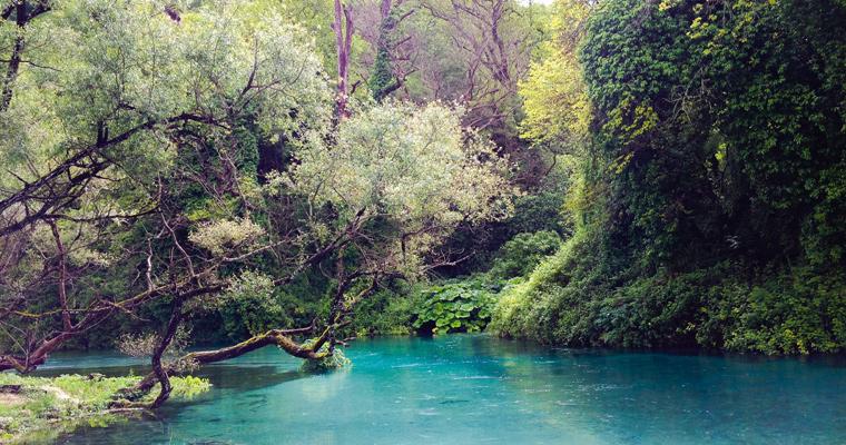 Syri i Kalter, также называемый голубой глаз, в горах Албании