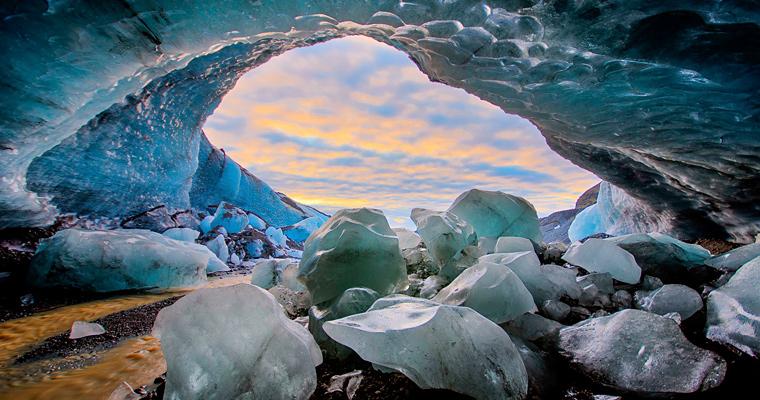 Ледяная пещера в Falljokull ледника в Исландии