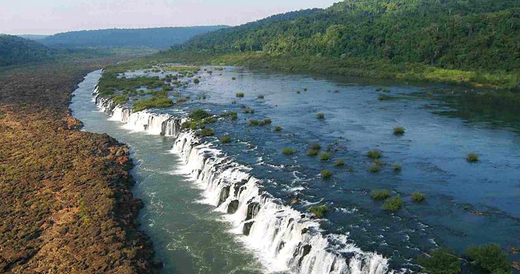 Водопад Mocona в ширину около 2 км, Уругвай