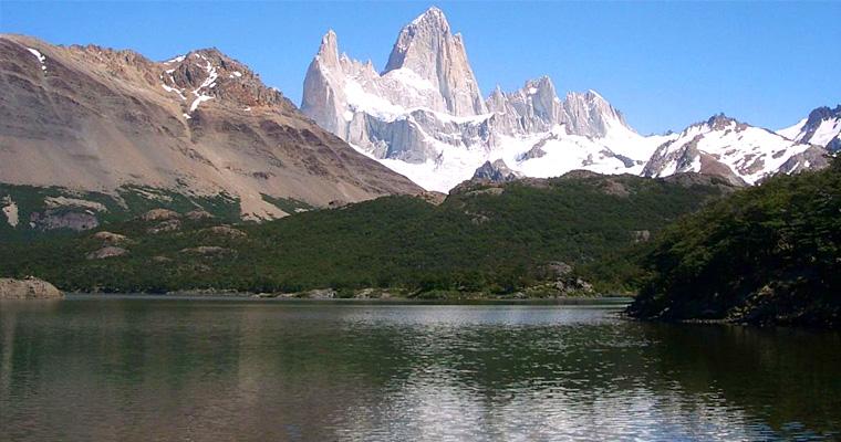 Гора Фитц Рой, выше поднимается Эль Chalten в Аргентине