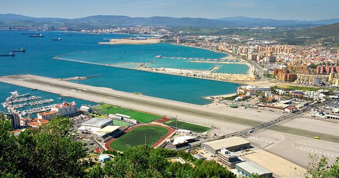 Главная дорога, которая пересекает аэропорта Гибралтара