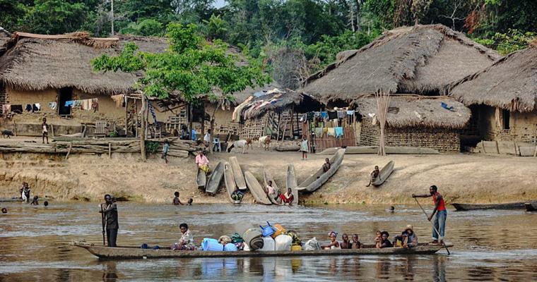 Деревня на берегу реки Конго