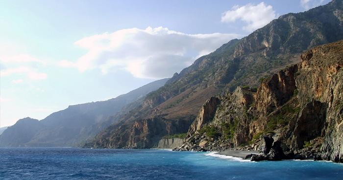 Скальный берег острова Каприан
