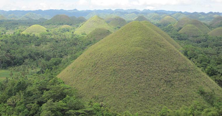 Шоколадные Холмы. Бесконечные ряды идеальной формы холмов.