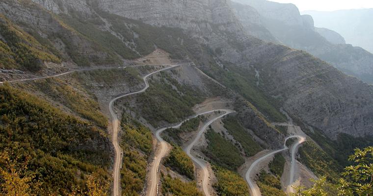 Извилистая дорога через горы, слева Rrapsha, Албания
