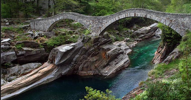 Кристально-чистая горная река Верзаска (Verzasca