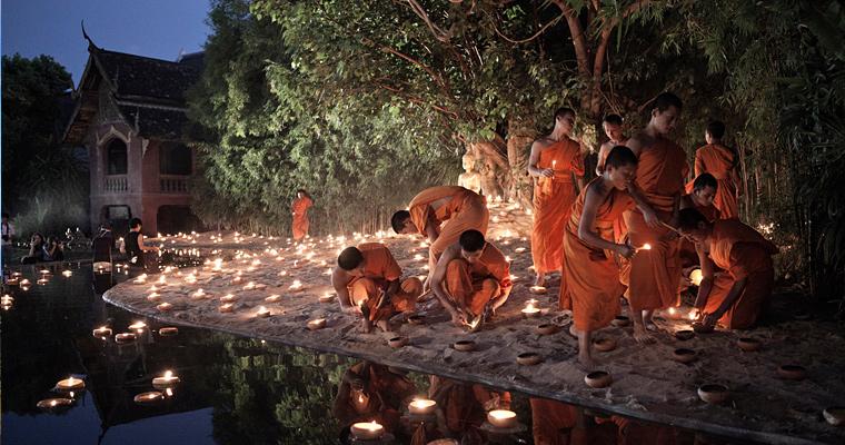 Монахи в сельских районах Таиланда