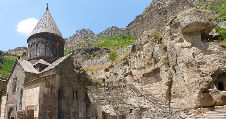 7-ой век. Монастырь Гегард. является builts частично в пещерах на скале, недалеко от