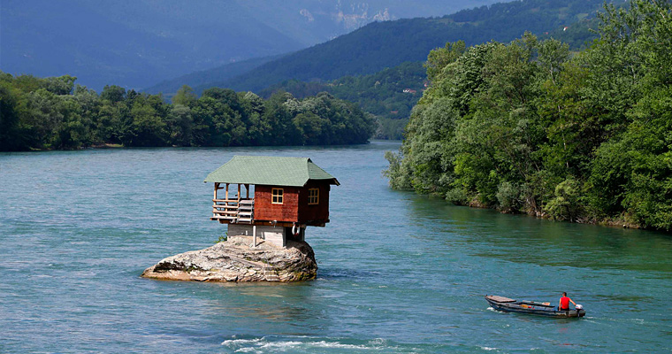 Крошечный коттедж на рекие Дрина, Сербия