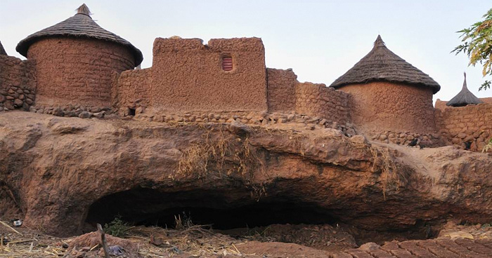 Деревня на склоне горы Tenakourou, Буркина-Фасо