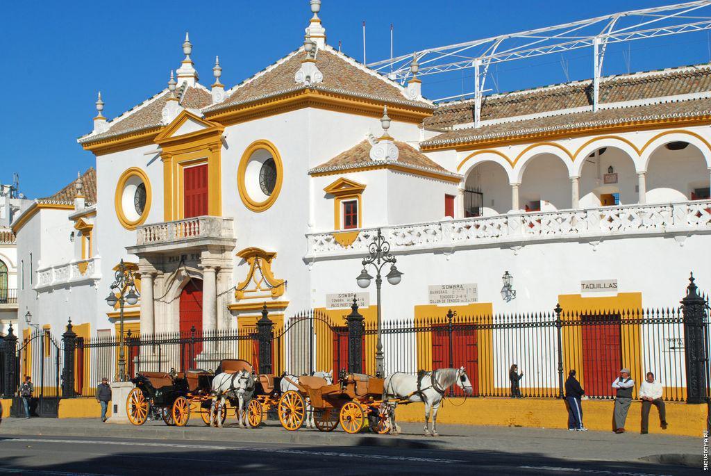 Плаза Севилья, известная как Пласа-де-Торос-де-ла-Маэстранса, является одним из самых символических зданий в Севилье