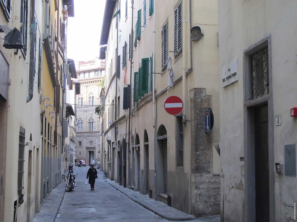 Палаццо Ручеллаи в конце улице