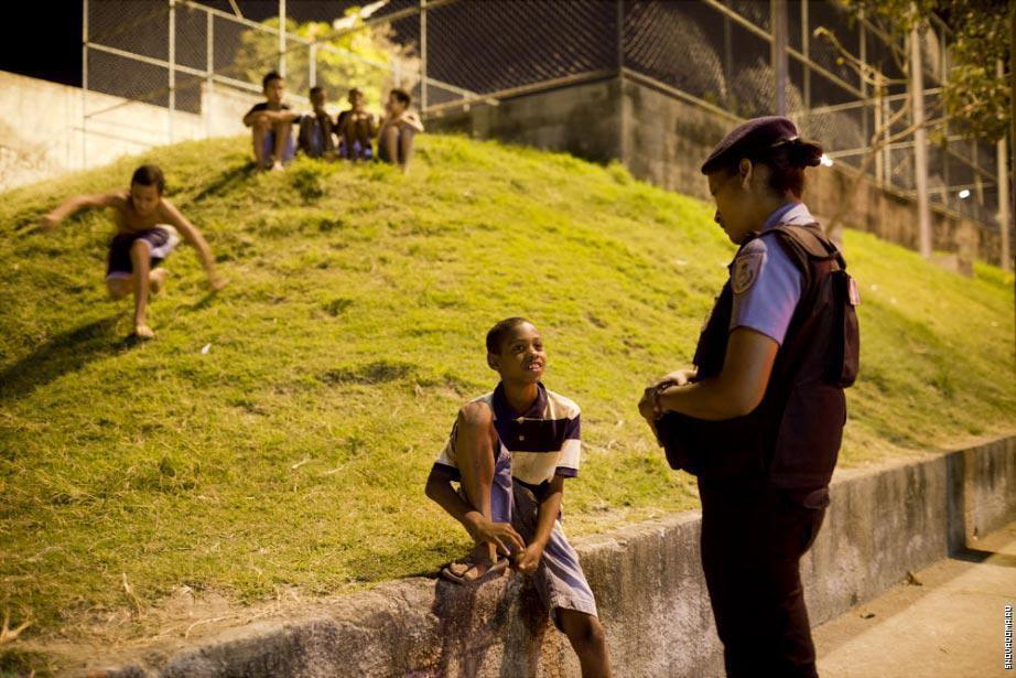 Тамара Фонтела, 26 лет, из Полиции общается с мальчиком из Vila do Mexicanos в Complexo do Caju, новой спокойной фавеле в северной части.