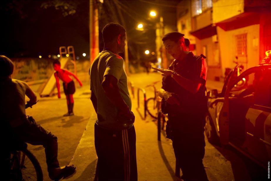 Карла Бонн, офицер из Полиции общается с жителем Complexo do Caju, во время патрулирования новой «спокойной» фавелы в северной зоне.