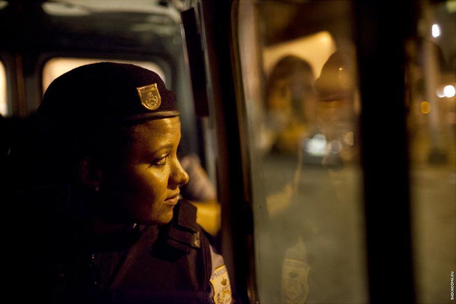 Алине Хервано, 28 лет, офицер, в полицейском автомобиле во время патрулирования.