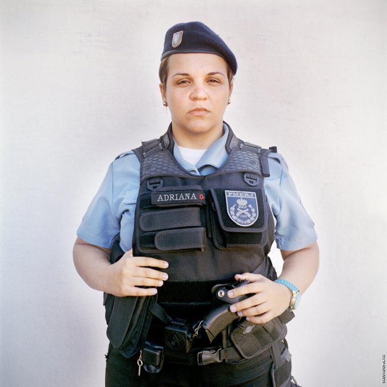 Патрульный полицейский Адриана, из группы быстрого реагирования в Полиции.