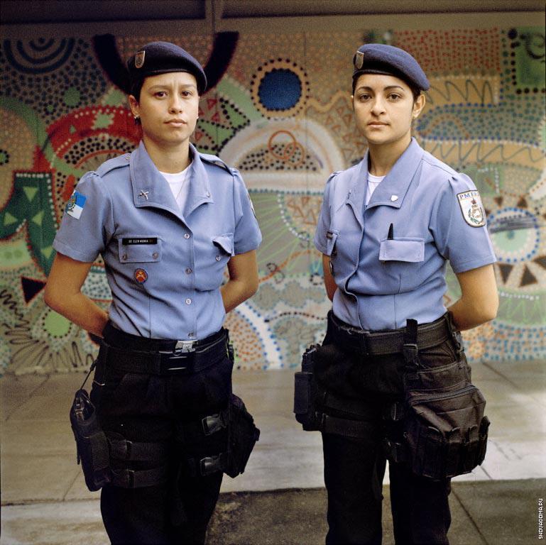 Полицейские Глэйс Араужо (слева), 25 лет и Элен Моура, 24 года (справа), администрация Полиции