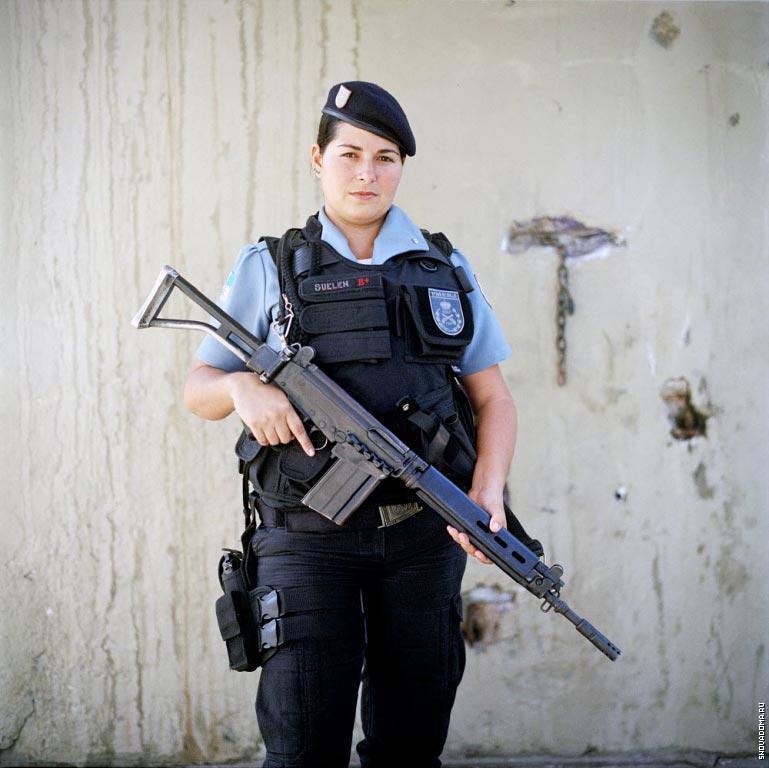 Патрульный полицейский Сюэлен Араужо, 27 лет, из группы быстрого реагирования в Полиции