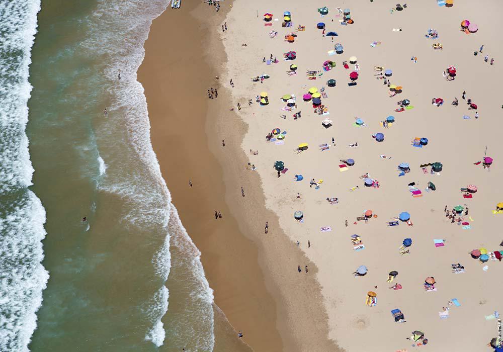 Вид на пляж с высоты квадрокоптера